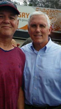 Naples FL Październik 2018. Dystrybucja wody, jedzenia i głoszenie ewangelii po huraganie Irma. Z wiceprezydentem Stanów Zjednoczonych - Mike Pence.