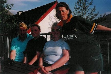 Liz is de tweede van rechts