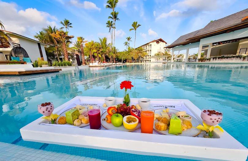 cafe da manhã na piscina