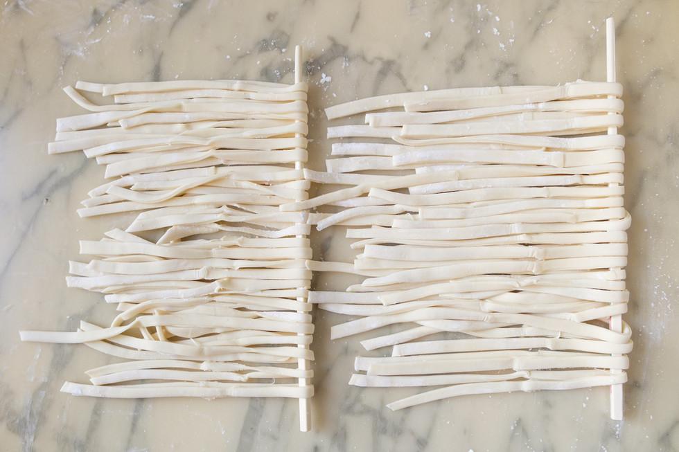9-Séparer les nouilles une à une et les placer sur des baguettes.