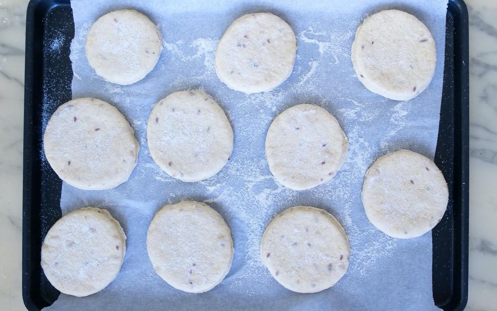 3-Placer les disques sur une plaque soupoudrer de farine de maïs.