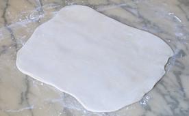 7-Aprés repos, étaler la pâte au rouleau.