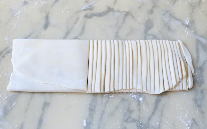 8-Replier la pâte en trois couches.