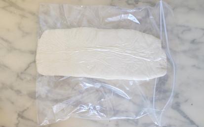 4-Aplatir la pâte avec les pieds (la pâte est très dure)