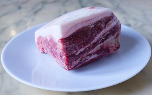 Épaule de porc avec l'os