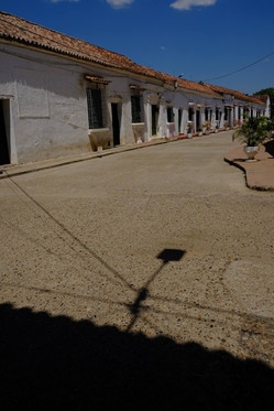 Visiter les rues déserte et charmante de Mompos