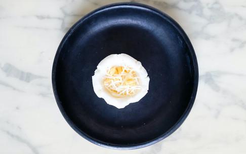 2-Former un creux dans ma boule pour y mettre le fromage.