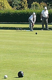 ACTION FROM 2021 4 WOOD HANDICAP NICK BOWLS - STEVE WATCHES ON.JPG