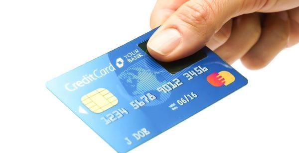 Exemplo de cartão de crédito com novo micro scanner biométrico.