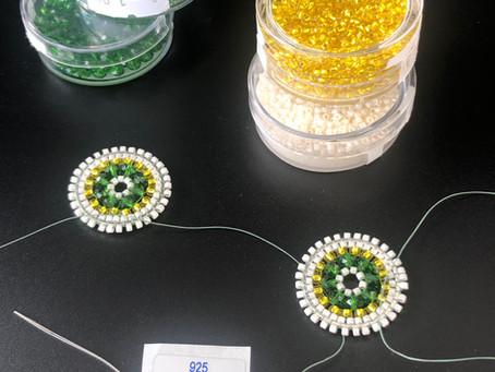 Perle für Perle von Hand gefädelt 🤓