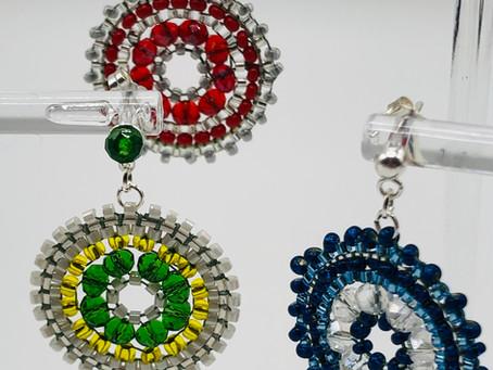 Schon alle Geschenke gefunden? Ohrringe von Hand -Perle für Perle gefädelt.