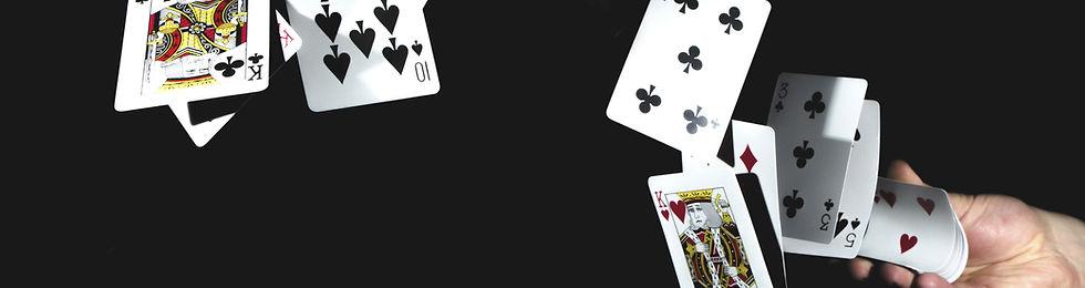 jeu de cartes jeté dans l'aire