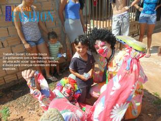 Miss Teen São Paulo distribui doces para crianças