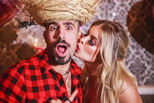 Ex-bbbs Kaysar e Jaqueline Grohalski se casam em festa junina em SP