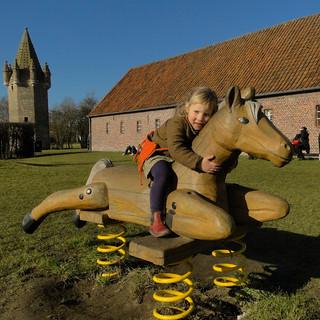 zeven torentjes met meisje op paard.JPG