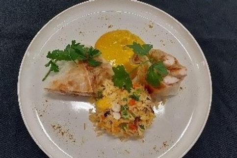 Kalkoen loempia met gebakken rijst en currysaus