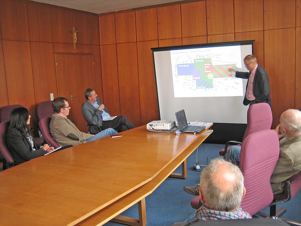 1. Bgm Bauer erläutert den interessierten Zuhörern den Ortsentwicklungsplan
