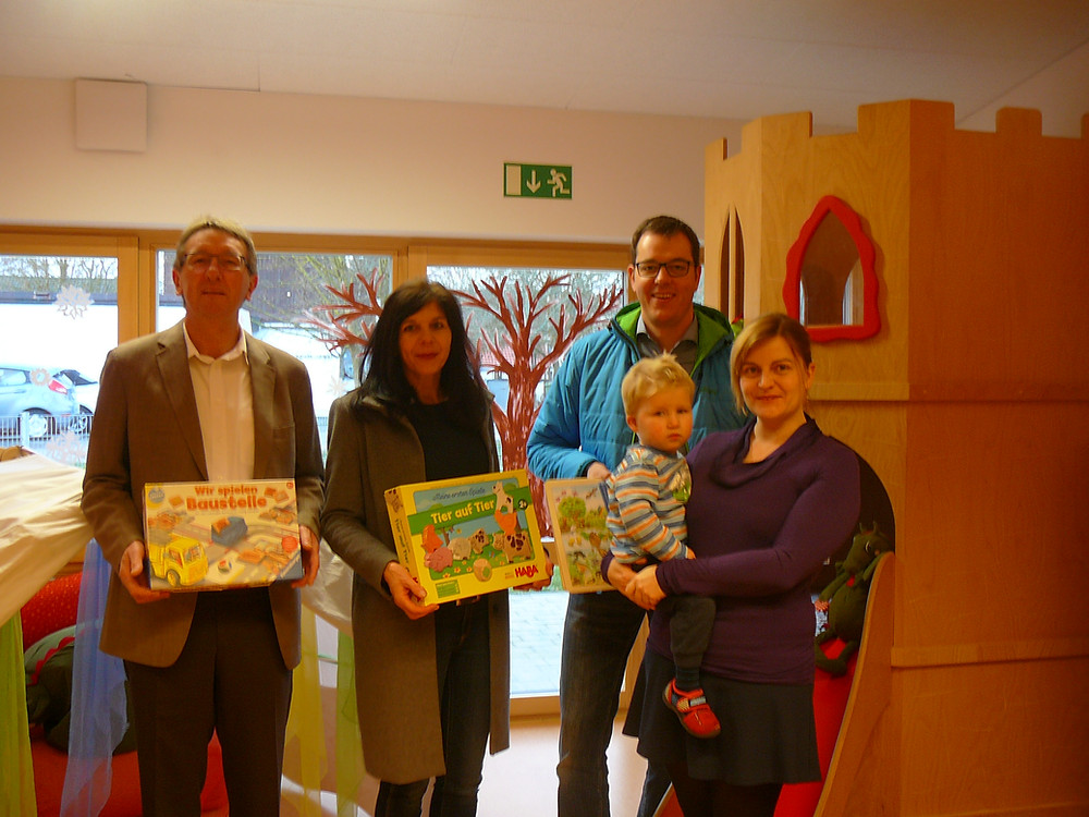 Die Markträte Angela Weigert, Josef Wein und Rainer Hummel bei der Übergabe der Spielzeuge