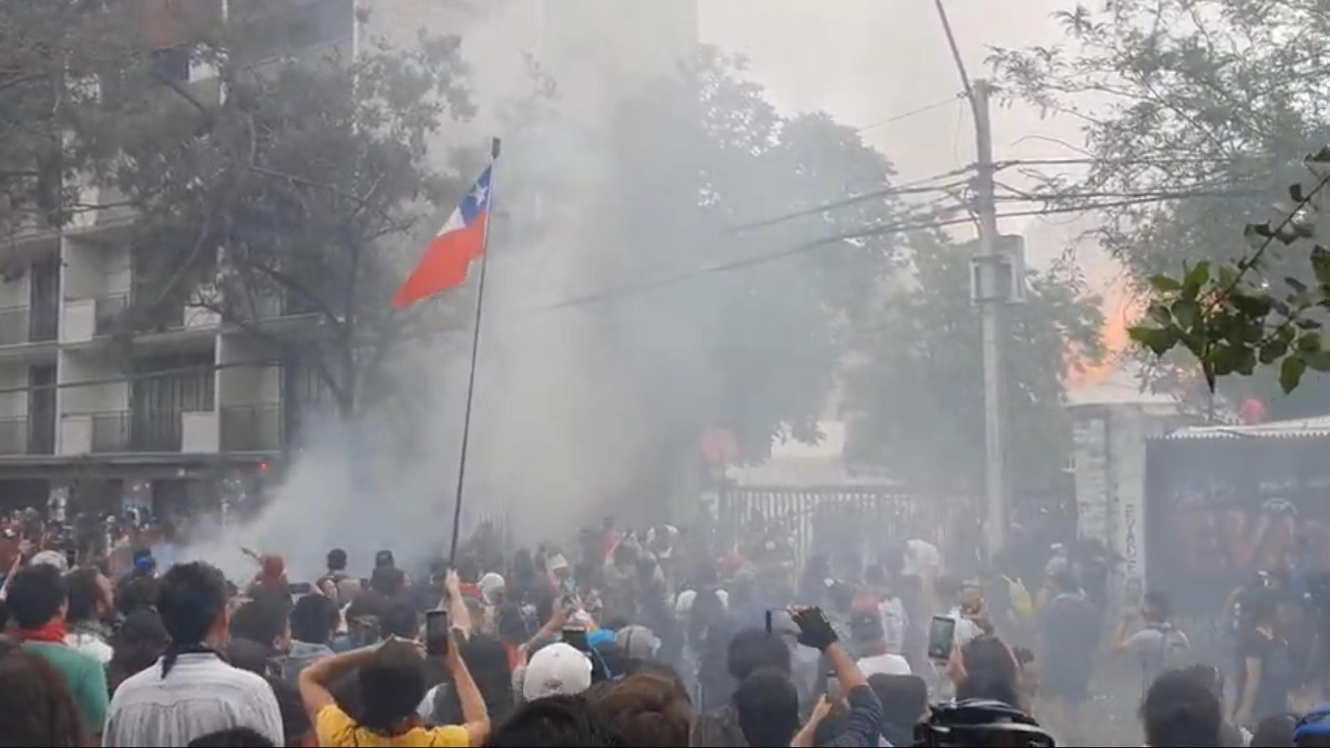 Manifestantes ayudando a bomberos