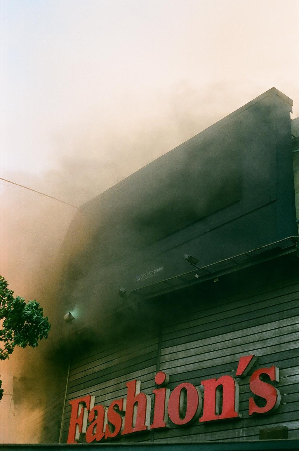 Incendio y barricada en el Fashion Park de Santa Rosa