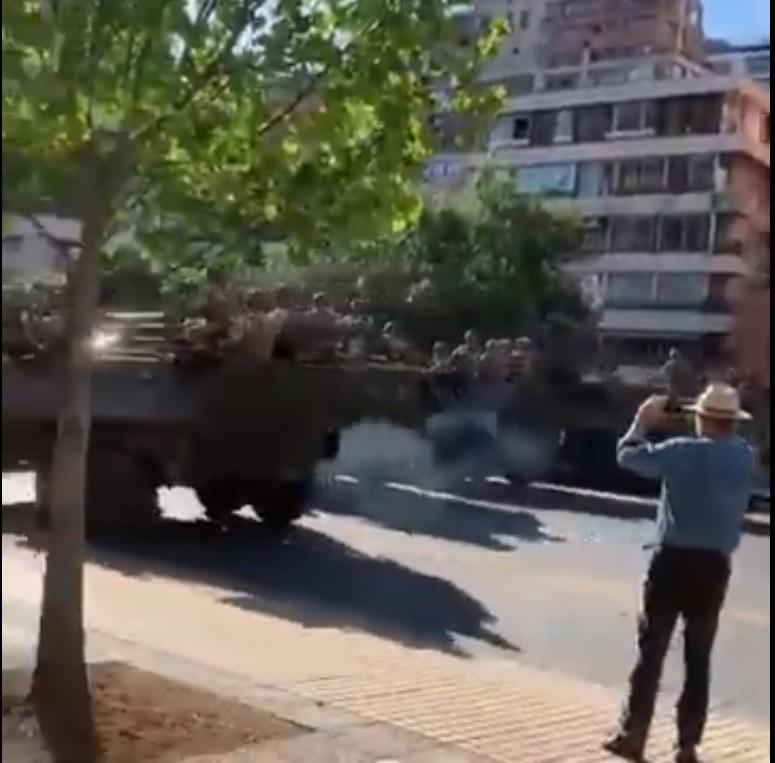 Militares disuadiendo con tanquetas