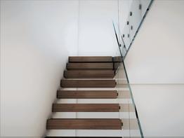 Hängande trappor med glasräcke