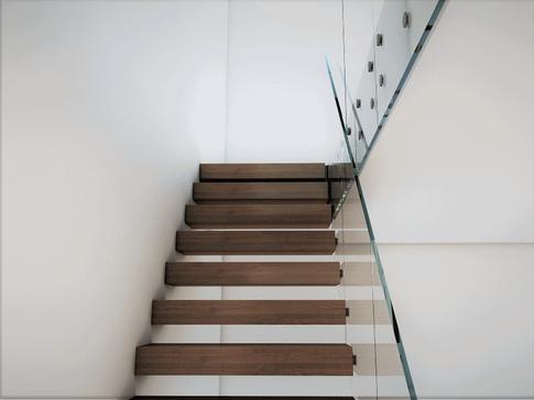 Hengende trapp med glass rekkverk