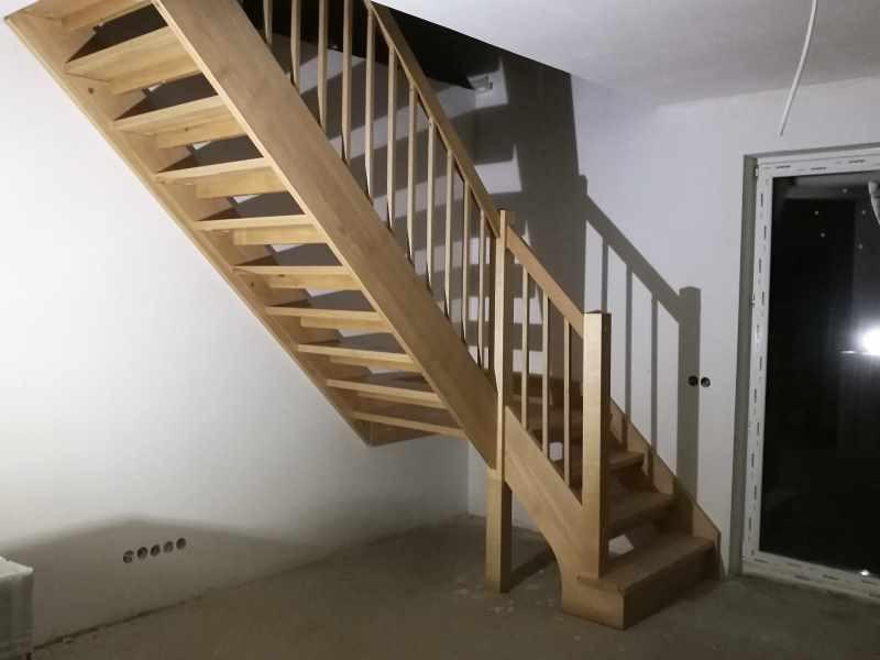 Bøk trapp med en repos