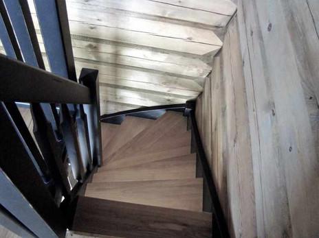Hytte trapp i et tømmerhus
