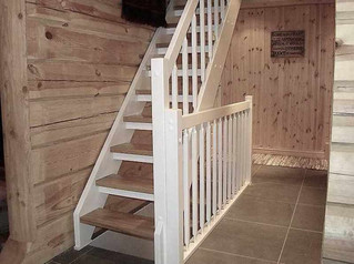 Eik trapp i en laft hytte