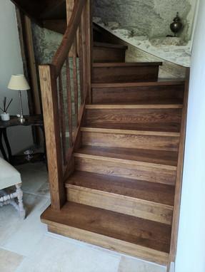 Lantlig trappa i ett gammalt hus