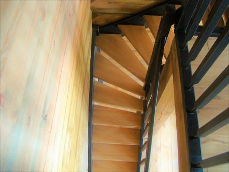 Schody drewniane w domu z bali