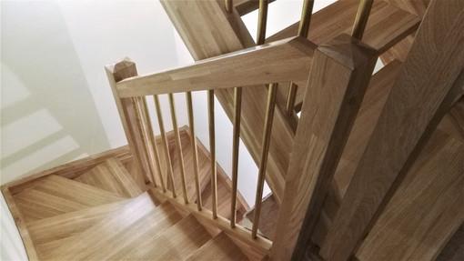 Zabiegowe, dębowe schody