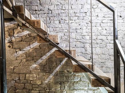 Schody półkowe w domu rustykalnym