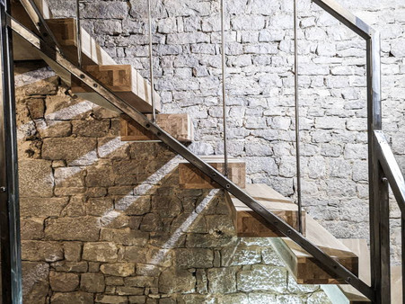 Hylletrapp i et rustikt hus