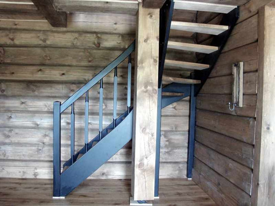 Hytte trapp med svart vanger