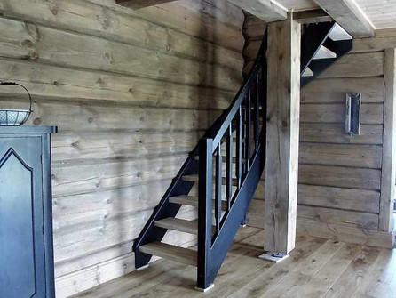 Eike trapp med svart vanger