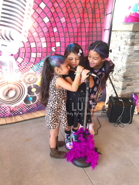 girls-singing-rockstar-party-petite-luxe