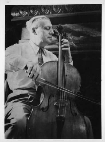 Enrico Leide with a Cello