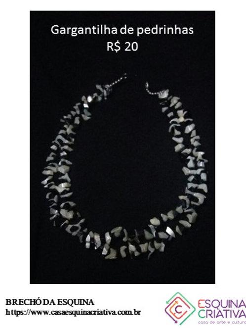 Gargantilha de pedrinhas brancas e pretas
