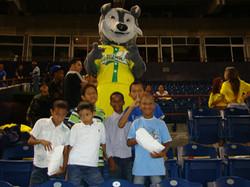 Niños_de_Fátima_con_Max_en_el_estadio