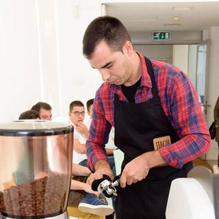 Moer e prensar o café