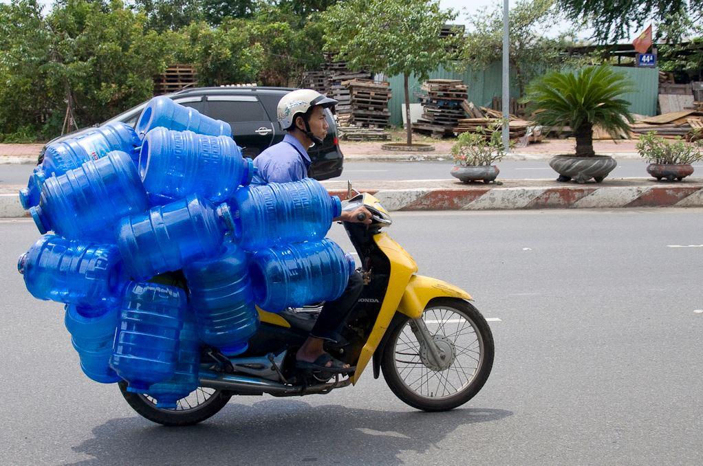 大量のボトルを運ぶバイク