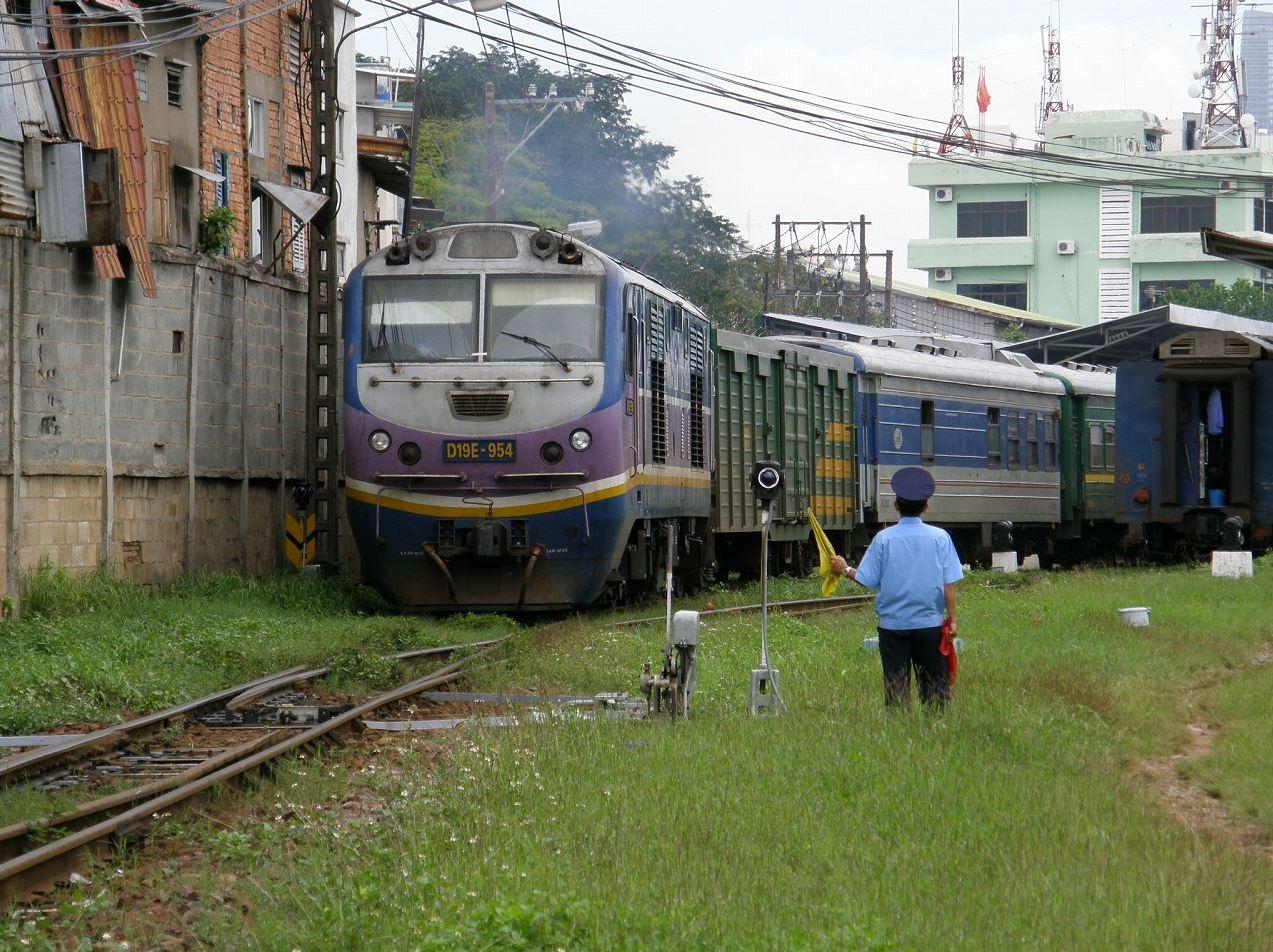 サイゴン駅を出発する列車