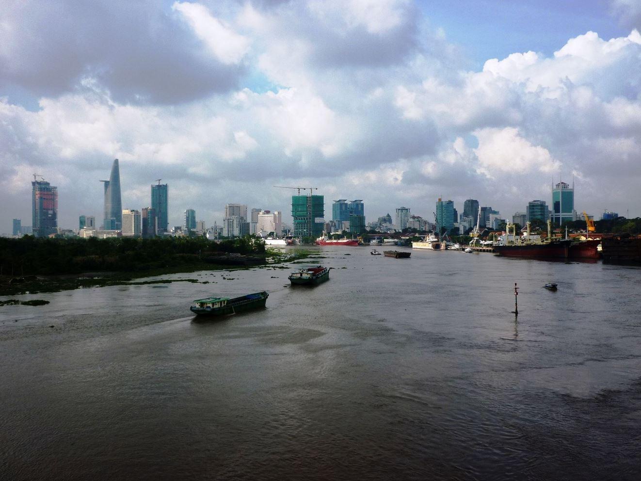 高層ビルが立ち並ぶ市街