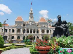 人民委員会庁舎とホー・チ・ミン像
