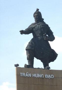 13世紀の武将チャン・フン・ダオの像