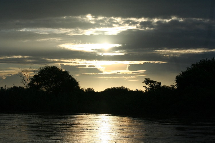 coucher de soleil sur le fleuve Rufiji en Tanzanie