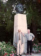 ליד פסל וגנר דוד עורי ואברהם הפילוני