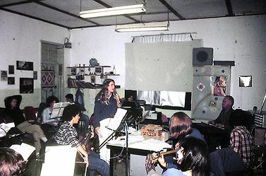 דוד עורי עם תלמידים בחדר המוסיקה
